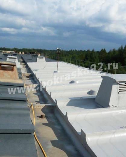 Нанесение второго слоя гидроизоляционной мастики на бесшовную крышу