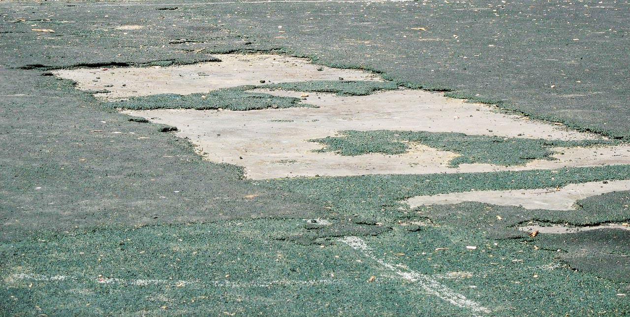 Удаление старого резинового покрытия стадиона в Севастополе, Крыму